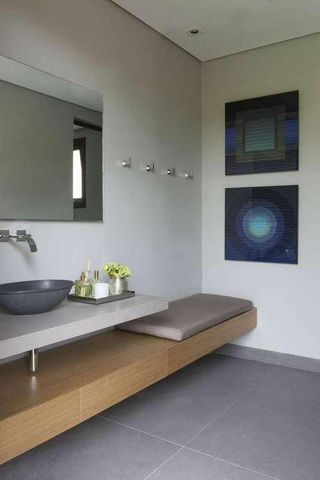 25. O espelho para banheiro acompanha as linhas retas e simples do ambiente. Projeto por Triplex Arquitetura