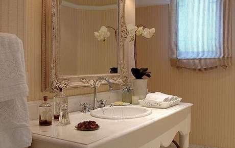 26. O espelho para banheiro com moldura antiga deixa o ambiente romântico e delicado. Projeto por Idalia Daudt
