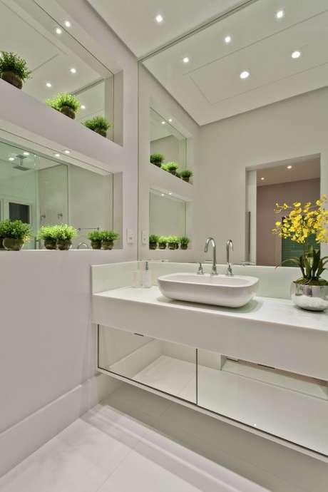 38. Para ampliar o ambiente, que tal colocar espelho para banheiro não só na parede, mas também em outras superfícies? Projeto de Aquiles Nicolas Kilaris