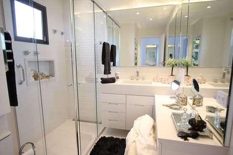 49. Você pode também colocar espelho para banheiro em mais de uma parede. Projeto de Cristiane Vassoler