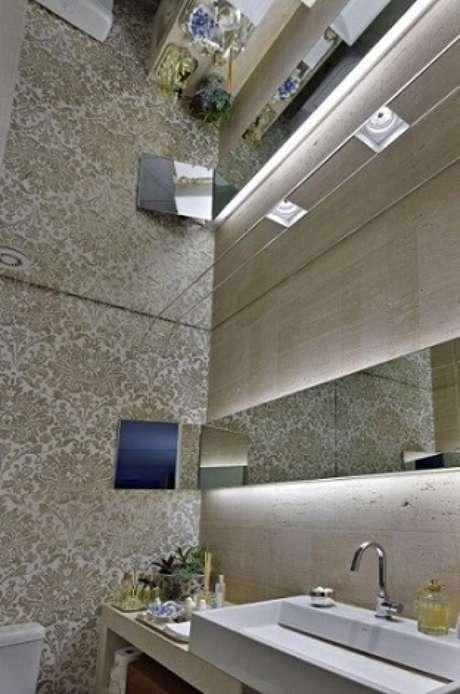 50. Você pode usar até mesmo o espelho para banheiro no teto! Projeto de Gislene Lopes