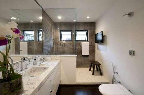 28. O espelho para banheiro pode ocupar a extensão da bancada e chegar até o teto, como no projeto de Beto e Norea