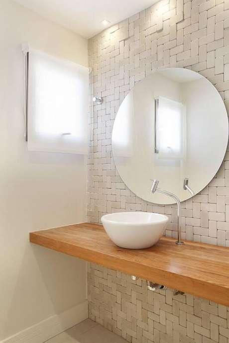 29. O espelho para banheiro redondo harmoniza com a pia no mesmo formato. Projeto por Leticia Araujo