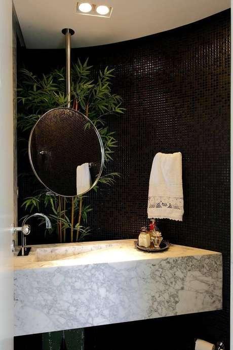 30. O espelho para banheiro suspenso é uma ótima ideia para quem procura novas inspirações. Projeto por Rodrigo Fonseca