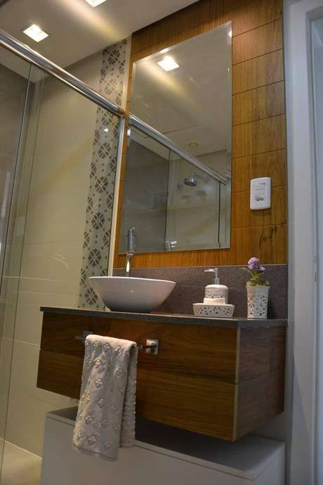31. O painel que vai até o teto é uma boa maneira de ambientar o espelho para banheiro. Projeto por 501 Arquitetura