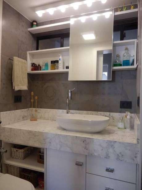 32. Há muitas formas criativas de instalar os espelho para banheiro. Projeto de Juliana Lahoz