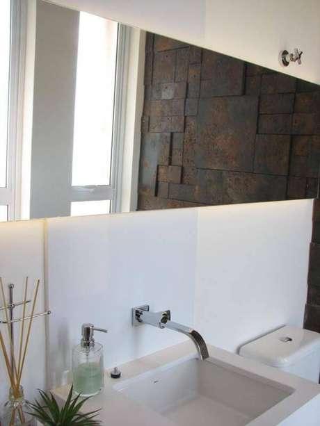 33. O formato retangular do espelho para banheiro é uma ideia diferente e bonita. Projeto por Juliana Mancini