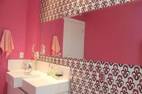 43. No projeto de Bruna Dias, o espelho para banheiro extrapola o balcão