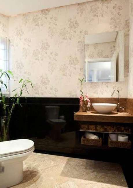 34. O espelho para banheiro pequeno deve sempre estar em harmonia com a bancada, em proporção. Projeto por Martinhão Neves