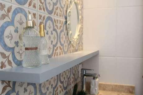 67. Espelho para banheiro romântico em parede com azulejos. Projeto de Casa On
