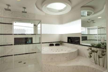 36. O espelho para banheiro pode aparecer em versões alternativas, como em cima da banheira. Projeto por Aquiles Nicolas Kilaris