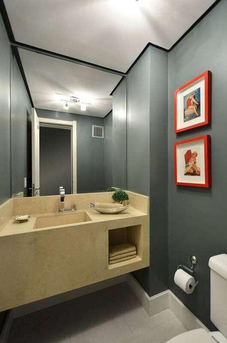 37. O espelho para banheiro que ocupa toda uma parede valoriza o espaço, deixando-o maior. Projeto por Alessandra Bonotto