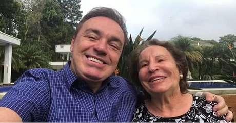 Gugu com dona Maria do Céu em vídeo postado pelo apresentador no Dia das Mães de 2019