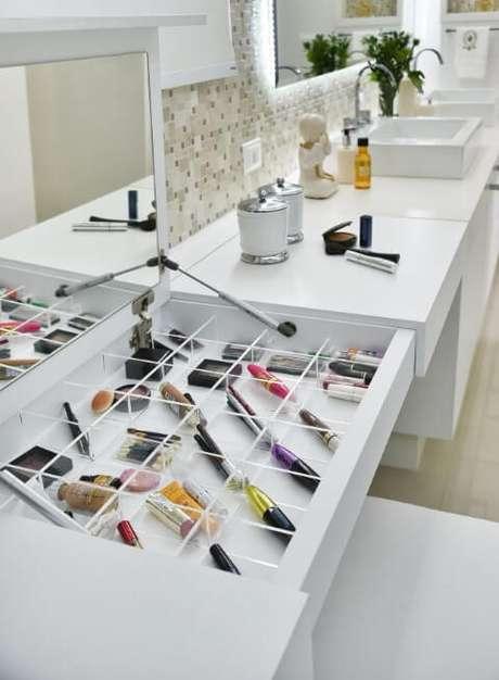 76. Sala de banho com espelho para banheiro na penteadeira de maquiagem. Projeto de Tetriz Arquitetura