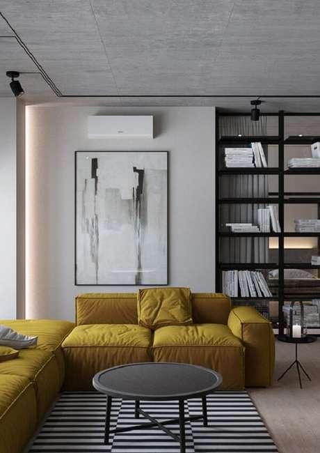 11. Sala de estar com decoração clean e sofá amarelo. Fonte: Casa de Viver