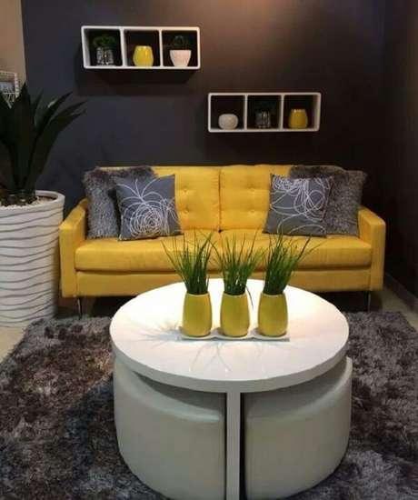 19. O sofá amarelo se harmoniza perfeitamente com os demais objetos decorativos do ambiente. Fonte: Pinterest