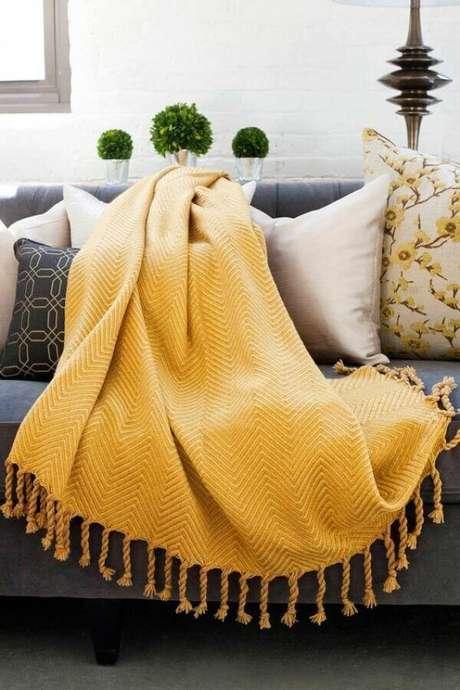 7. A manta para sofá amarela traz alegria para o ambiente. Fonte: Pinterest