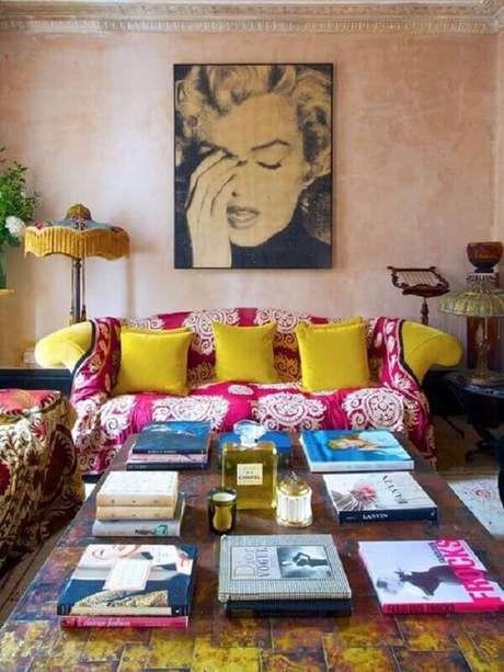 8. Modelo de manta estampada para sofá amarelo. Fonte: Pinterest