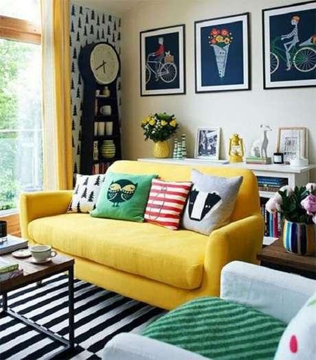 10. Almofadas criativas para o sofá amarelo. Fonte: Tudo Especial
