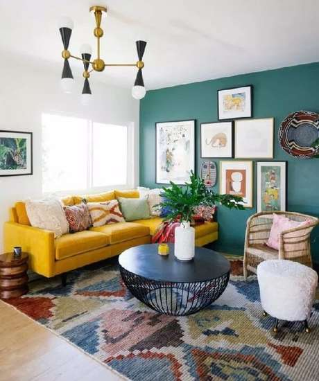21. Sala de estar colorida com sofá amarelo de veludo. Fonte: Pinterest
