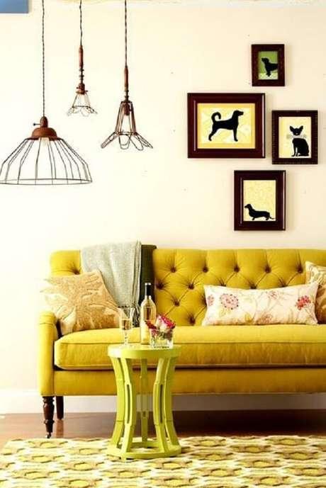 15. Sofá amarelo com encosto em capitonê. Fonte: PInterest