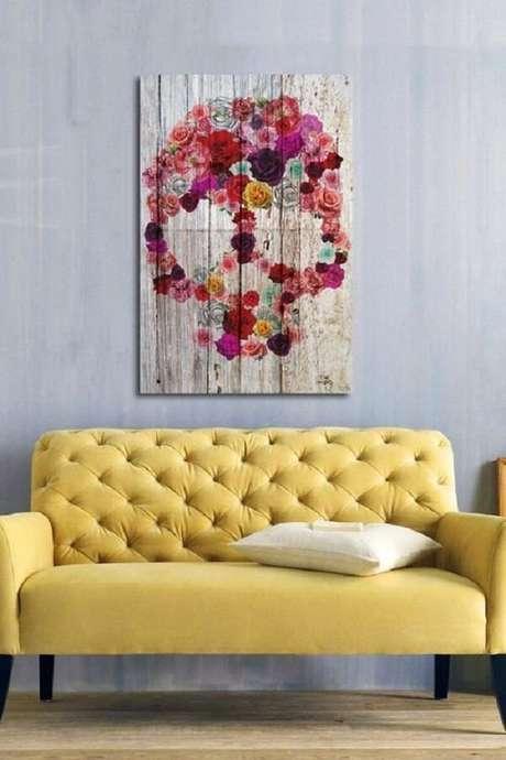 20. Modelo de sofá amarelo com acabamento em capitonê. Fonte: Pinterest