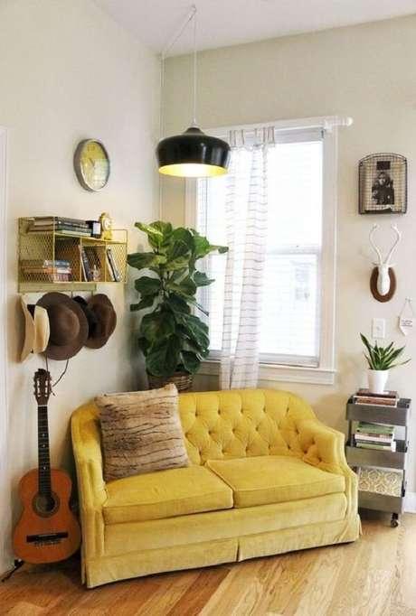 17. Sala de estar com pendente preto e sofá amarelo dois lugares. Fonte: Pinterest
