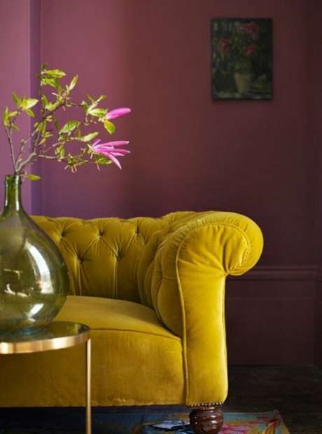 18. O sofá amarelo de veludo é o móvel de destaque desse cômodo. Fonte: Pinterest