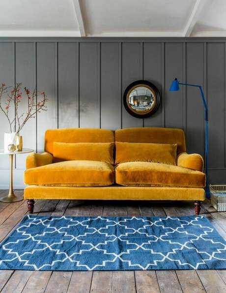 22. Sofá amarelo e luminária de chão azul. Fonte: Pinterest