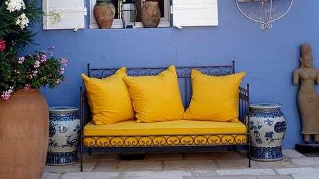 24. As almofadas lisas seguem a mesma tonalidade do assento do sofá amarelo. Fonte: Pinterest