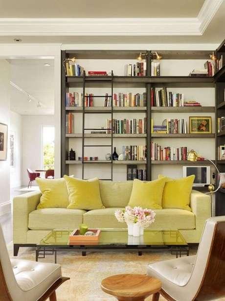 9. Almofadas para sofá amarelo lisas tom sobre tom. Fonte: Revista Viva Decora