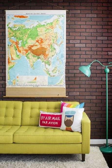 25. Modelos de almofadas coloridas para sofá amarelo. Fonte: Pinterest