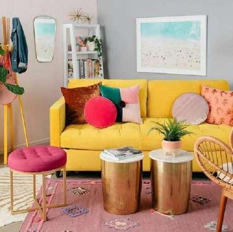 14. Almofadas para sofá amarelo com formatos e desenhos criativos. Fonte: Pinterest