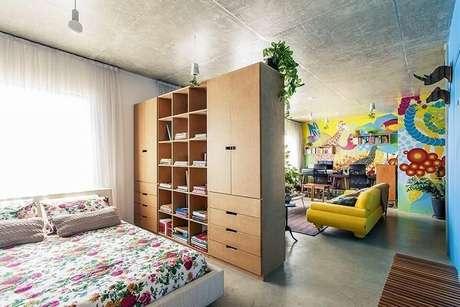 29. Armário de madeira, parede com pintura colorida e sofá amarelo. Fonte: Casa Aberta