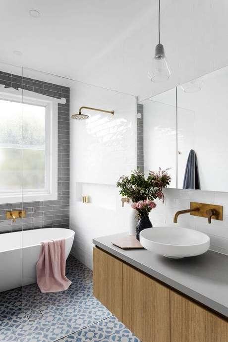 51. Cerâmica para banheiro com banheira elegante – Foto: Curate Interiores