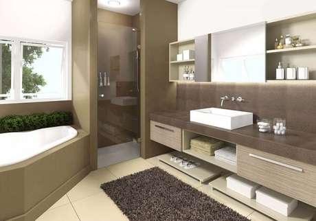 29. Cerâmica para banheiro bege combinando com elementos na cor marrom.