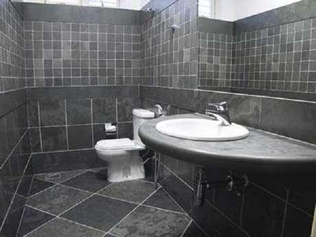 9. Cerâmica para banheiro pequeno antiderrapante.