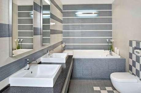 4. Cerâmica para banheiro cinza no piso e na parede.