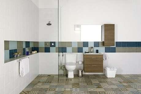 30. Cerâmica para banheiro com faixa em destaque na parede.