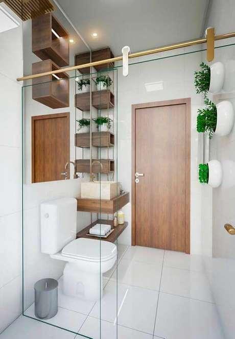 37. Cerâmica para banheiro com nichos de madeira – Foto: Decor Fácil