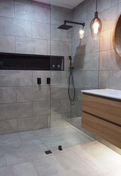 40. Cerâmica para banheiro cinza – Via: Ideias Décor