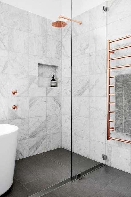 42. Cerâmica para banheiro com rosé gold – Via: Macho Moda