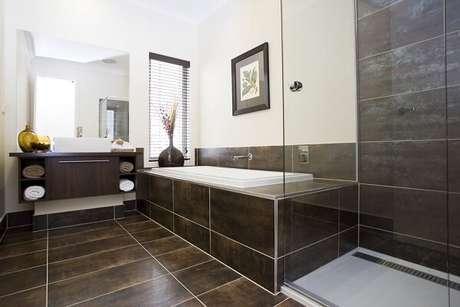 33. Cerâmica para banheiro revestindo piso e banheira.