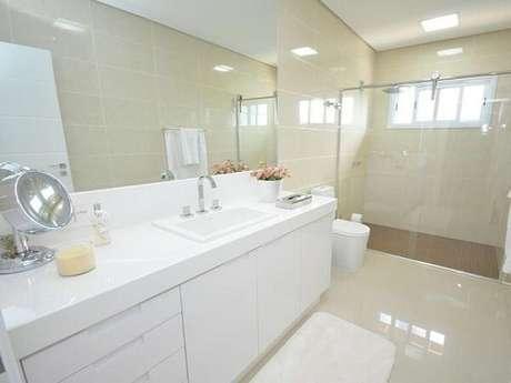 18. Cerâmica para banheiro com revestimento na parede.