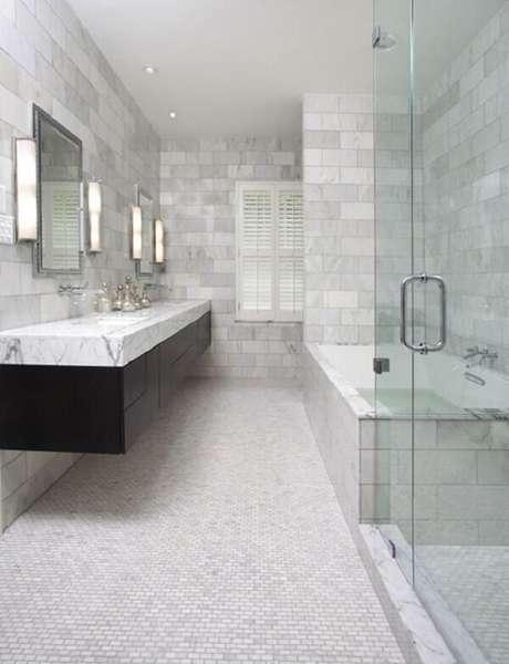 17. Cerâmica para banheiro com pastilha branca em piso.