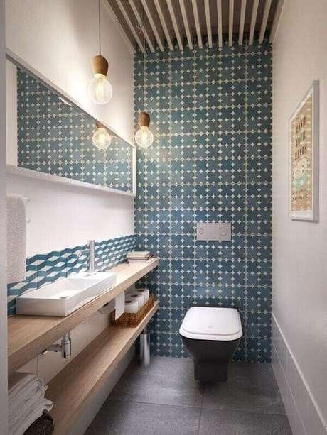 5. Cerâmica para banheiro com destaque de azulejo em uma parede.
