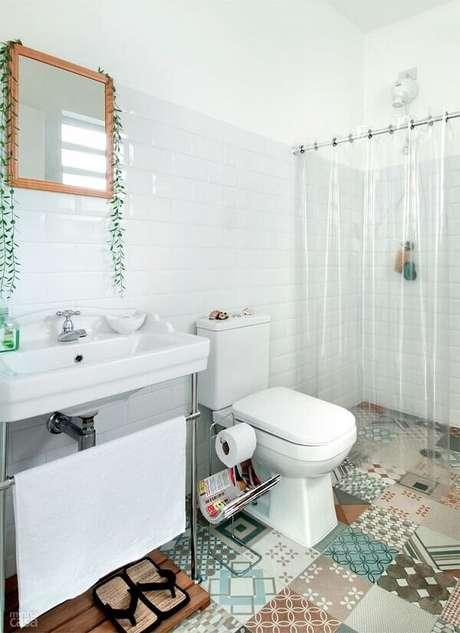 12. Cerâmica para banheiro pequeno com azulejos neutros e pisos de ladrilhos estampados.