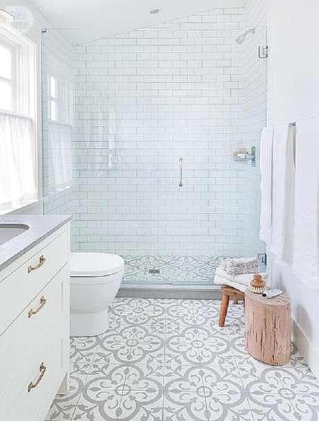 14. Cerâmica para banheiro pequeno com piso em ladrilhos estampados.