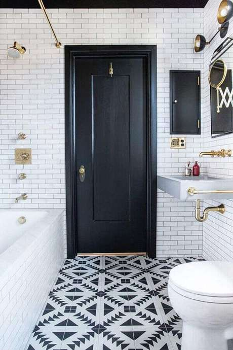 3. Cerâmica para banheiro pequeno combina a cor da porta com o ladrilho do piso.