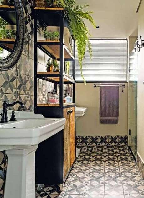 13. Cerâmica para banheiro pequeno com ladrilhos estampados.